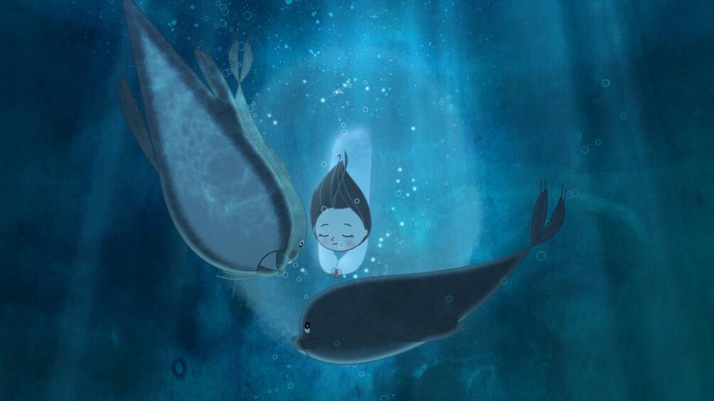 Saiorse taucht als Selkie mit den Robben unter Wasser.
